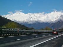 高速公路在阿尔卑斯 免版税库存图片