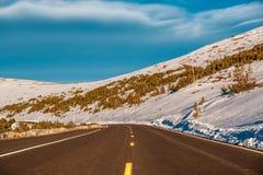 高速公路在高山寒带草原 洛矶山国家公园在科罗拉多 库存照片