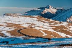 高速公路在高山寒带草原 洛矶山国家公园在科罗拉多 免版税图库摄影