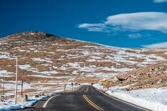 高速公路在高山寒带草原 洛矶山国家公园在科罗拉多 图库摄影