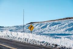 高速公路在高山寒带草原 洛矶山国家公园在科罗拉多 免版税库存照片