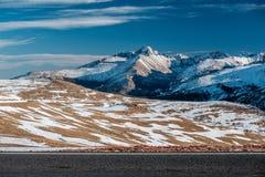 高速公路在高山寒带草原 洛矶山国家公园在科罗拉多 库存图片