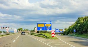 高速公路在高速公路A8, B27 Tuebingen罗伊特林根/菲尔德施塔特Leinfelden-Echterdingen的路标 库存照片