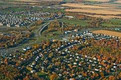 高速公路城镇视图 库存照片