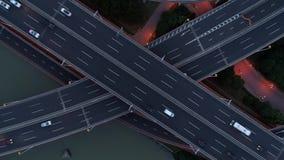 高速公路多重连接点路空中寄生虫视图有移动的汽车的在日落 汽车继续前进一条多重路 股票录像
