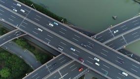 高速公路多重连接点路空中寄生虫视图有移动的汽车的在日落 汽车继续前进一条多重路 股票视频