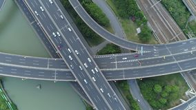 高速公路多重连接点路空中寄生虫视图有移动的汽车的在日落 汽车继续前进一条多重路 影视素材