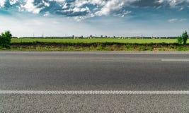 高速公路天桥行动迷离有城市地平线背景 日落场面城市,路,沥青,高速公路,风景,天空,都市风景, 免版税库存照片