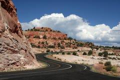 高速公路山绕 免版税库存照片