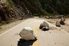 高速公路峭壁岩石崩溃 免版税库存照片