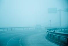 高速公路是报道的雾阴霾 免版税库存图片