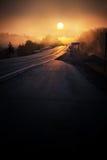 高速公路有薄雾的日出 免版税库存照片