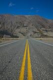 高速公路朝向直接入绵羊山在Klaune湖附近 库存图片