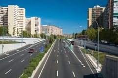 高速公路末端在城镇里 库存照片