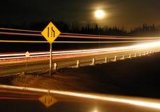 高速公路标志在晚上 免版税库存照片