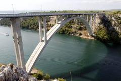 高速公路桥梁横穿河Krka在克罗地亚 免版税库存照片