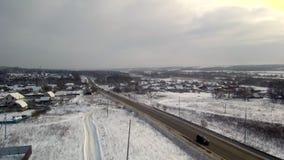 高速公路横渡的村庄鸟瞰图河的 冬天和降雪 股票视频