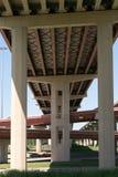 高速公路的下面 免版税库存照片