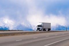 高速公路的壮观的半白色卡车拖车收帆水手在雪m 库存图片