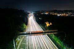 110高速公路的看法在晚上,从公园行推进桥梁 库存照片