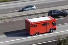 高速公路的红色活动房屋 免版税图库摄影