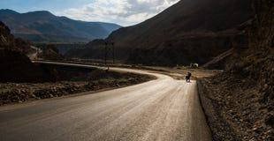 高速公路的自行车游人 免版税库存照片