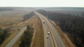 高速公路的鸟瞰图有低业务量的 股票录像
