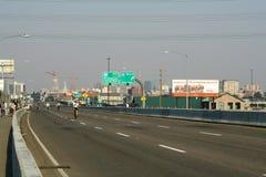 高速公路穿过丹佛市 免版税库存图片