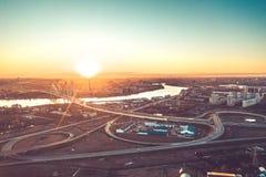 高速公路繁忙的城市下班时间重的堵车高速公路空中寄生虫飞行视图  图库摄影