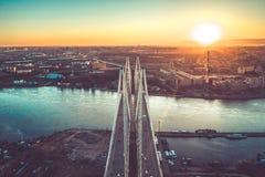 高速公路繁忙的城市下班时间重的堵车高速公路空中寄生虫飞行视图  免版税图库摄影