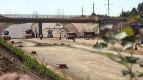 高速公路路工地工作机械和工作者和被弄脏的树枝 股票录像
