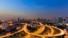 高速公路运输与街市的城市的基础设施地平线 图库摄影