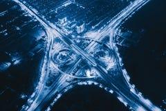 高速公路连接点鸟瞰图与环形交通枢纽的 桥梁路塑造在建筑学和运输结构的圈子  图库摄影