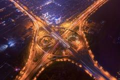 高速公路连接点鸟瞰图与环形交通枢纽的 桥梁路塑造在建筑学和运输结构的圈子  免版税库存图片