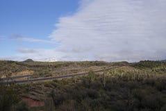 高速公路通过亚利桑那沙漠在冬天 库存照片