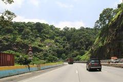 高速公路通过山在印度 库存图片