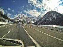 高速公路通过山 免版税库存图片