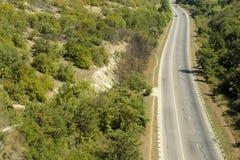 高速公路通过森林 免版税库存图片