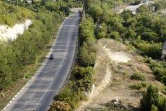 高速公路通过森林 免版税图库摄影