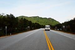 高速公路通过白色山在有露营者货车的新罕布什尔 库存图片