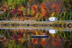 高速公路通过秋天森林 库存图片