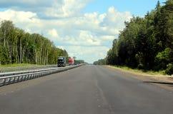 高速公路通过美丽如画的森林 图库摄影