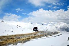 高速公路通过雪加盖的强大喜马拉雅山 库存图片
