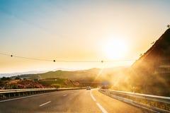 高速公路,在马拉加附近的机动车路E-15在西班牙 风险轻率冒险日落时间 库存照片