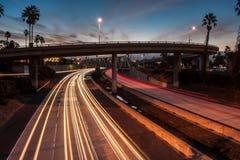高速公路101交通在黎明 免版税库存图片
