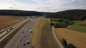 高速公路A8鸟瞰图在德国的兹瓦本地方阿尔卑斯的 股票视频