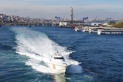 高速小船在伊斯坦布尔水中 库存图片