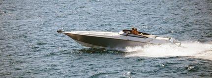 高速小船在风平浪静快速地进来 人们享受夏天体育 全景,横幅 库存照片