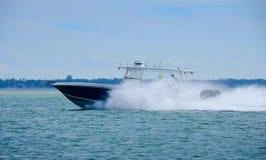 高速有三个马达的佩戴水肺的潜水渔船 免版税库存照片
