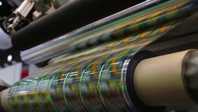 高速标记器在工业工厂 贴纸的机器在制造的产品 软包装 股票录像